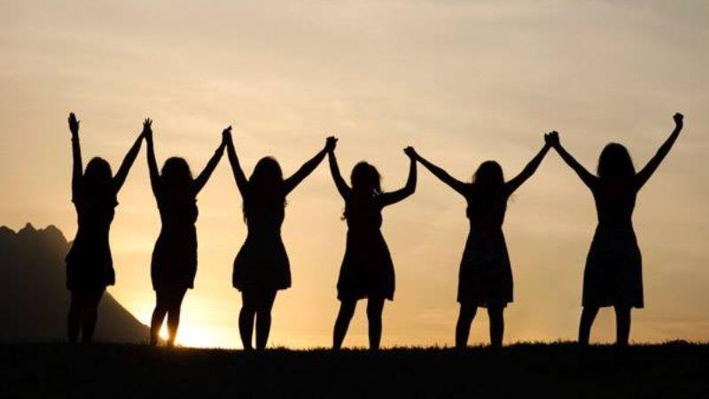 Frauen halten Hände hoch
