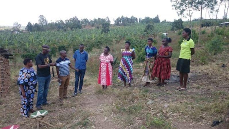 Gruppe auf dem Feld bei einer Schulung