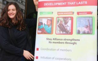 Praktikantin mit Stay Alliance Plakat