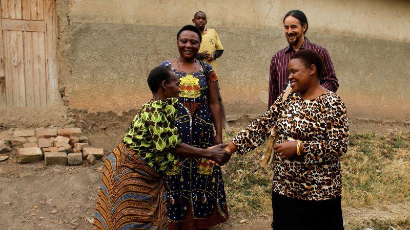 Frauen beim Händeschütteln