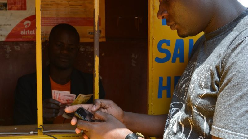 Mann bezahlt via Mobilfunkgerät