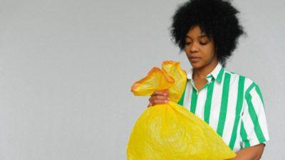 Frau mit Plastiktüte