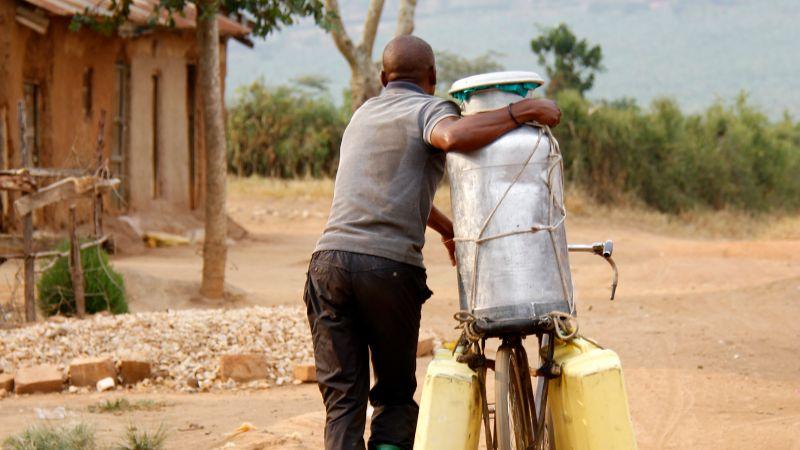 Mann transportiert Kanister