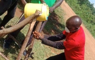 Stay Alliance Leiter Earnest beim Händewaschen
