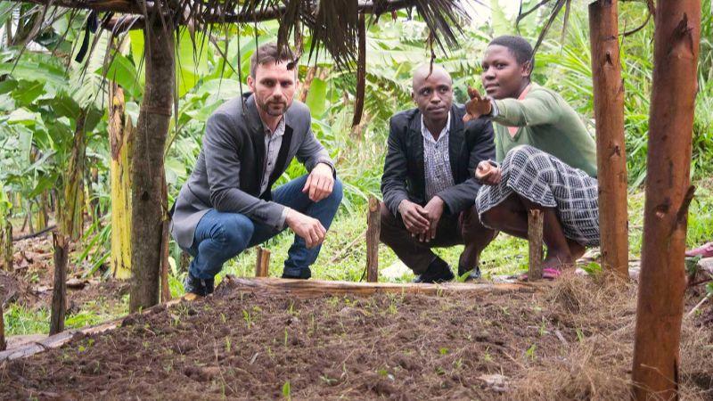 Stay Team im Feld während Ugandareise