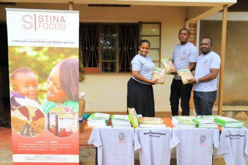 Justine und die Stay Alliance Uganda beim ersten Schulungstag